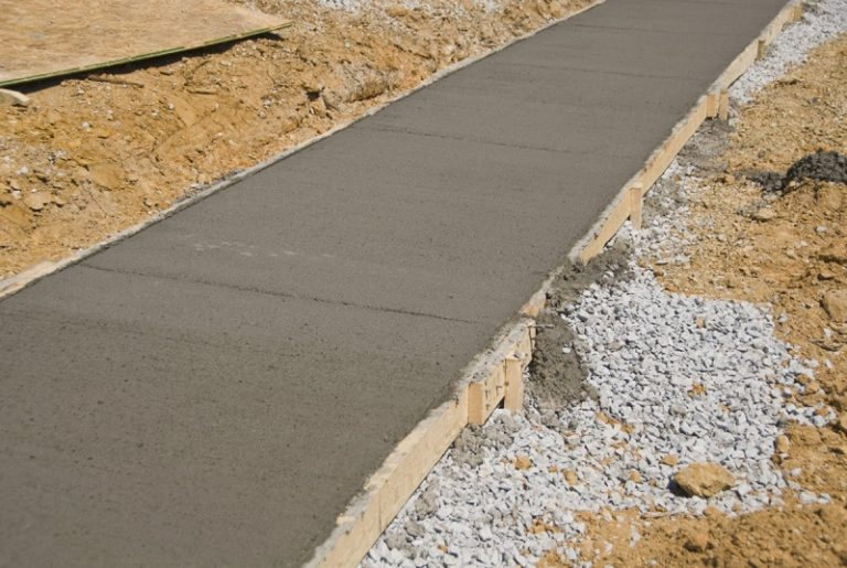 Co powoduje kruszenie się betonu?