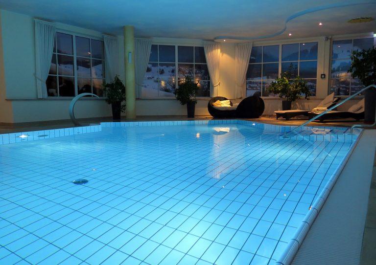 Chlorowanie i filtracja w basenach – co musisz wiedzieć?