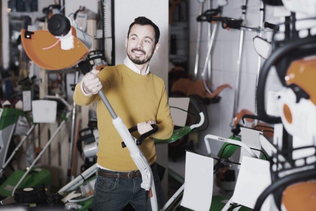 Mężczyzna wynajmujący kosiarkę w wypożyczalni sprzętu BMK Rzeszów