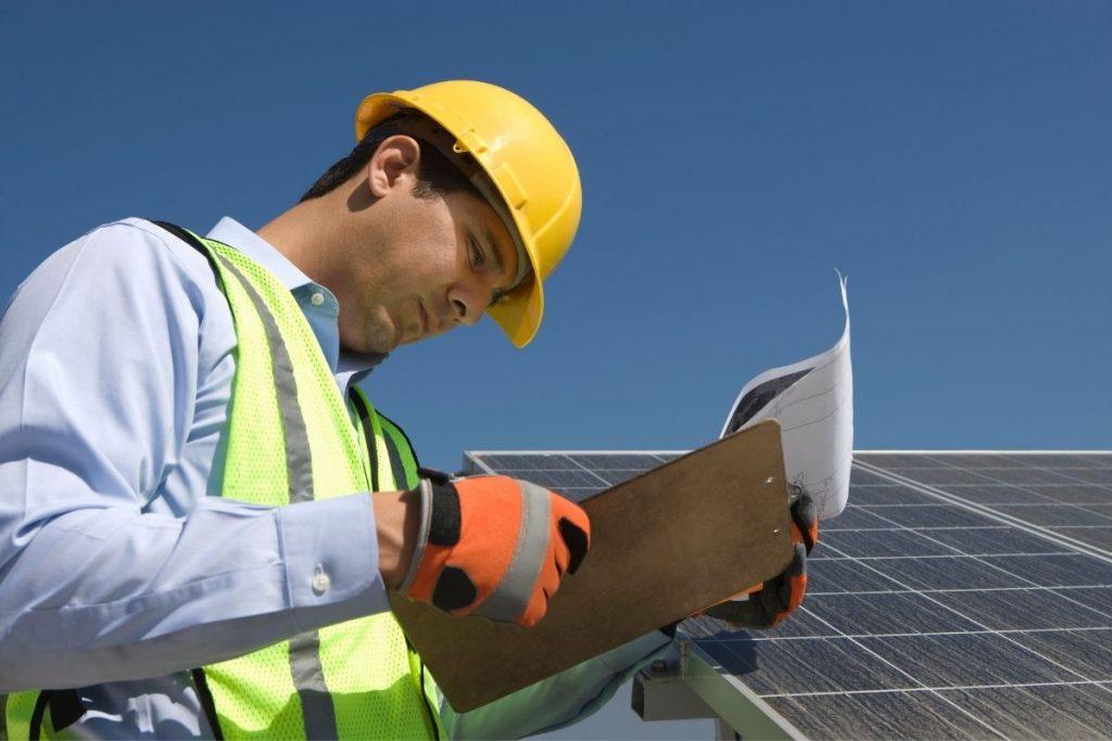 Pracownik firmy APP Energy Kielce podczas instalacji paneli