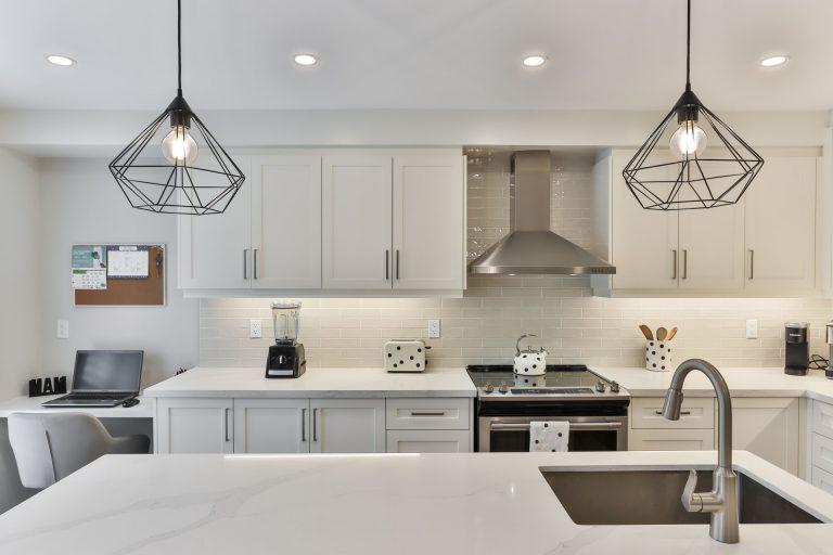 Lampy do kuchni – wiszące czy kinkiety?