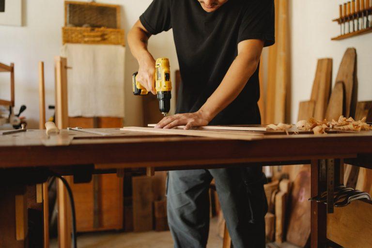 Meble DIY: jak zrobić biurko, półki, toaletkę?
